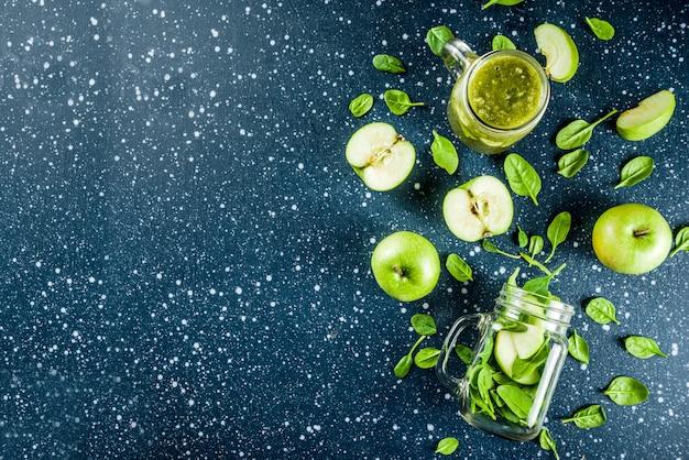 Grüner smoothie mit spinat und äpfeln