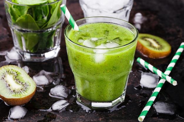 Grüner smoothie mit spinat und kiwi, vitamin