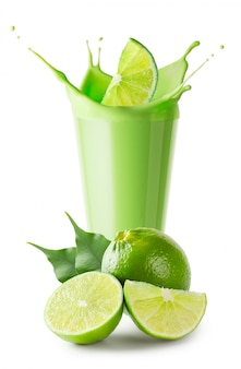 Grüner smoothie oder joghurt mit spritz- und limettenfrüchten