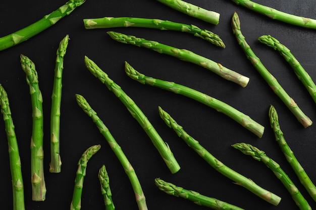 Grüner spargel auf dunkler oberfläche zum kochen bereit