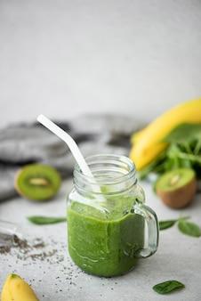 Grüner spinat, kiwi und bananen-smoothie mit chiasamen
