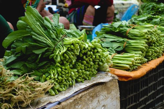 Grüner spinat verlässt auf straßenmarkt