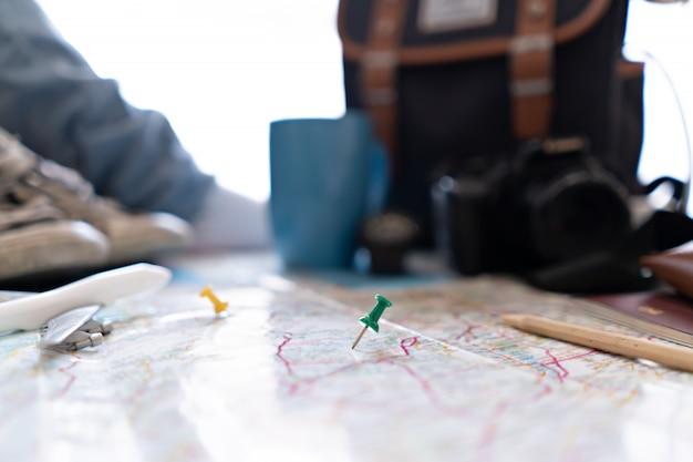 Grüner stift von der karte für die reiseplanung