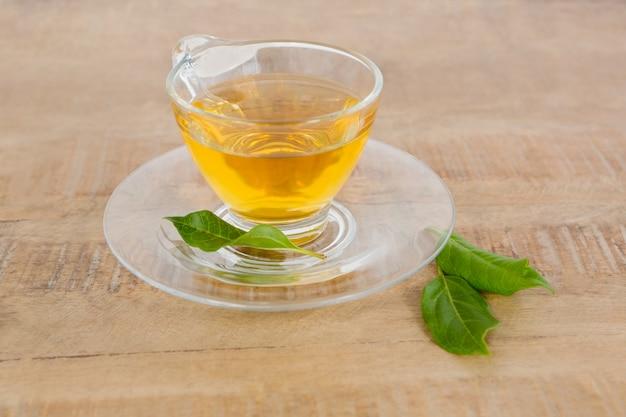 Grüner tee auf dem tisch