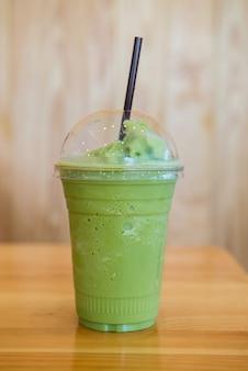 Grüner tee frappe und gemischt. süßes und kaltes wasser