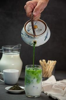 Grüner tee, frische milch, serviert mit leckeren snacks.