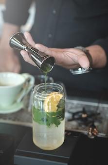 Grüner tee gegossen über zitrone und yuzu-soda.