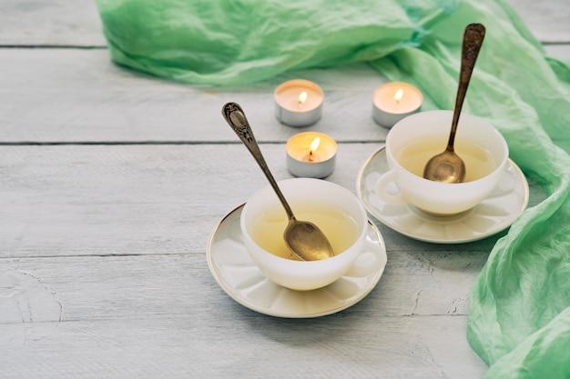 Grüner tee in weißen keramikbechern