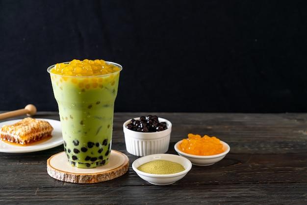 Grüner tee latte mit blase und honigblasen