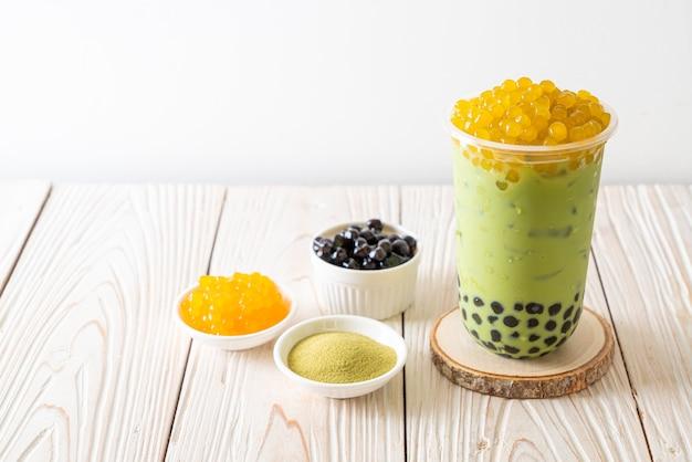 Grüner tee latte mit honigblasen