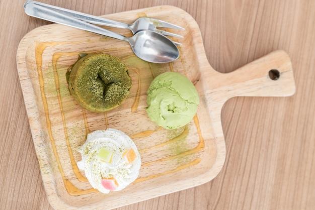 Grüner tee-lava-kuchen