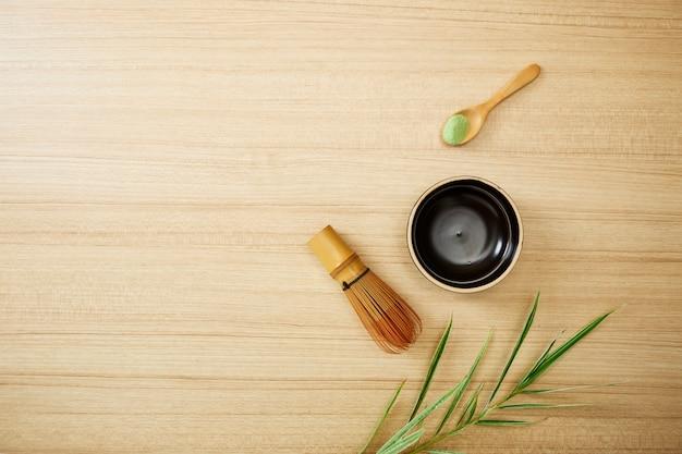 Grüner tee matcha auf hölzernem hintergrund