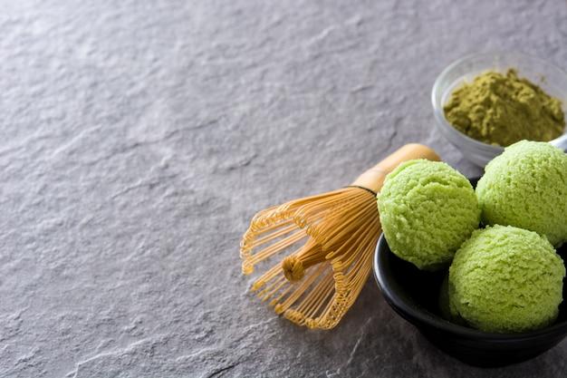 Grüner tee matcha eisportionierer auf grauem stein mit kopienraum