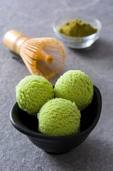 Grüner tee matcha eisportionierer auf grauem stein
