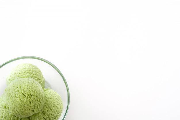 Grüner tee matcha eisportionierer in kristallschale auf weiß