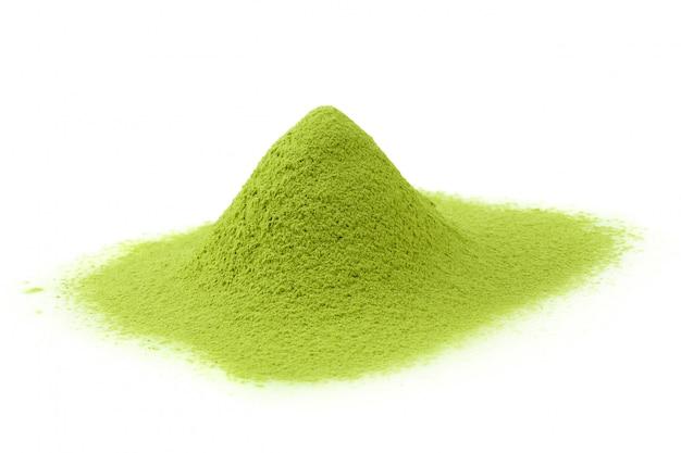 Grüner tee matcha-puders lokalisiert auf einem weißen hintergrund