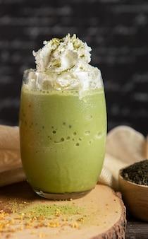 Grüner tee milchshake mit schlagsahne