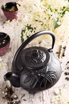 Grüner tee mit älterer blume
