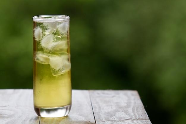 Grüner tee mit eis in einem hohen glas