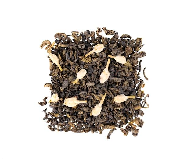 Grüner tee mit jasmin, lokalisiert auf weiß. aromatischer grüner trockener tee, nahaufnahme. draufsicht.