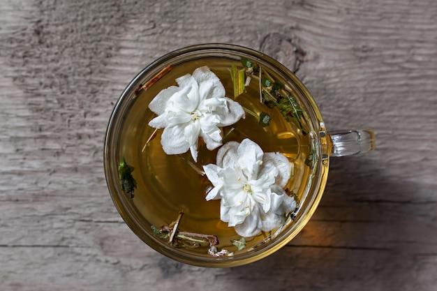 Grüner tee mit jasminblüten