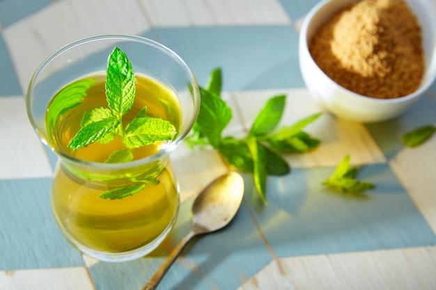 Grüner tee mit minze marokkanischer art