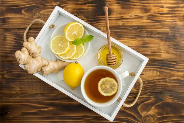 Grüner tee mit zitrone, honig und ingwer