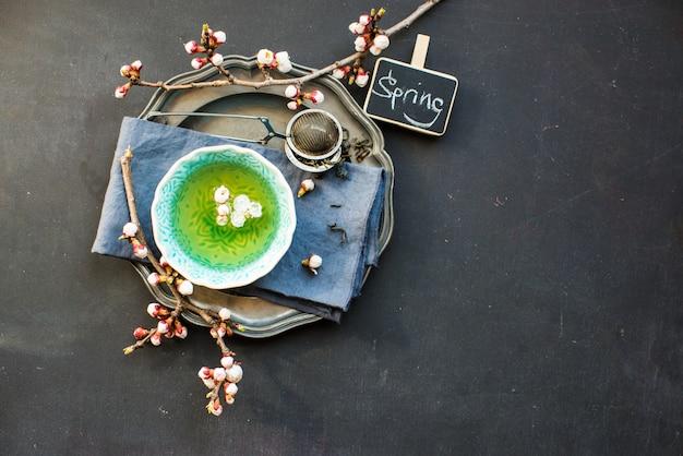 Grüner tee und pfirsichblüte