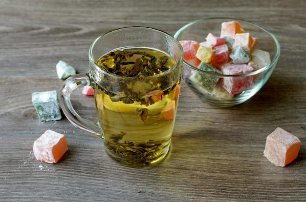 Grüner tee und türkischer genuss