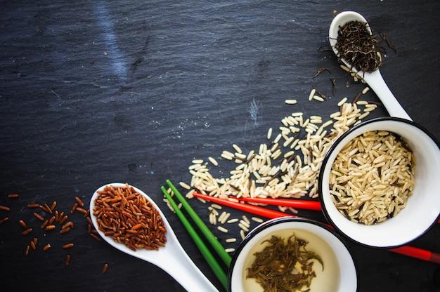 Grüner tee und verschiedene reissorten