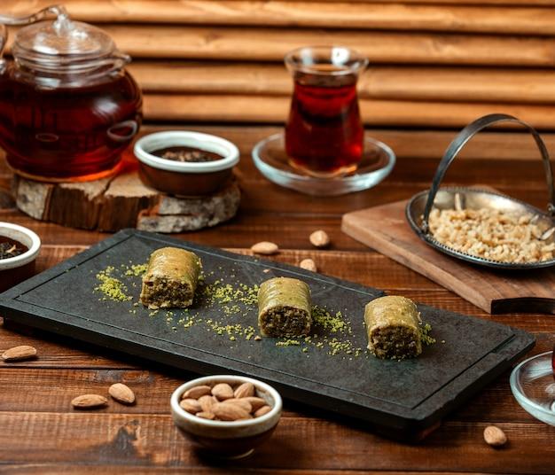 Grüner türkischer genuss mit schwarzem tee