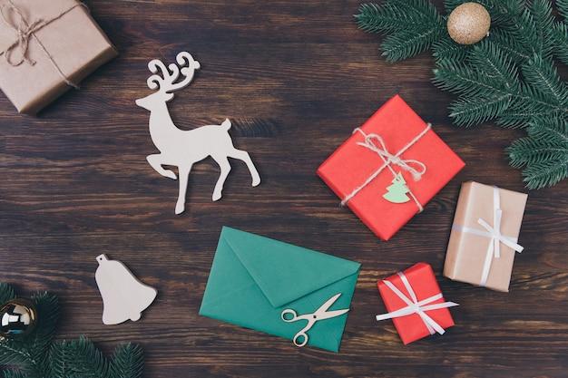 Grüner umschlag und weihnachtsdekoration