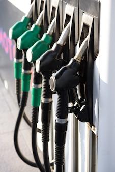 Grüner und gelber bunter kraftstoff, tankstelle. tankstelle in betrieb.