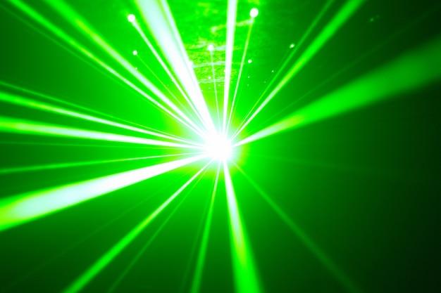 Grüner und roter laser in einem nachtclub. laserstrahlen auf einem dunklen hintergrund, vereinatmosphäre