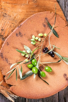 Grüner und schwarzer olivenzweig