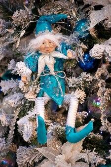 Grüner weihnachtsbaum verziert mit santa spielzeug und bällen