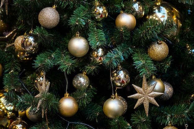 Grüner weihnachtsbaum verziert mit spielzeug und bällen. weihnachten