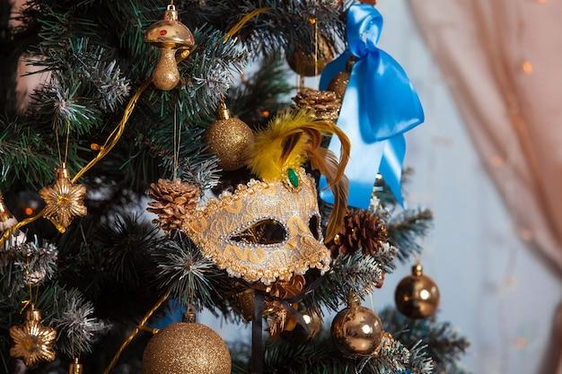 Grüner weihnachtsbaum verziert mit spielzeug und bällen.
