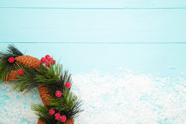 Grüner weihnachtskranz verziert auf hölzernem hintergrund