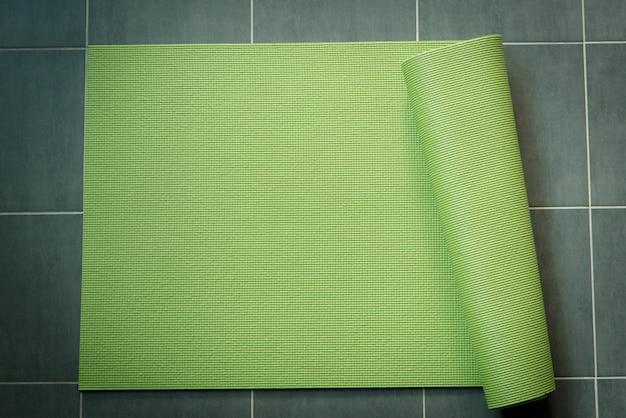 Grüner yogakamerad auf dem boden.