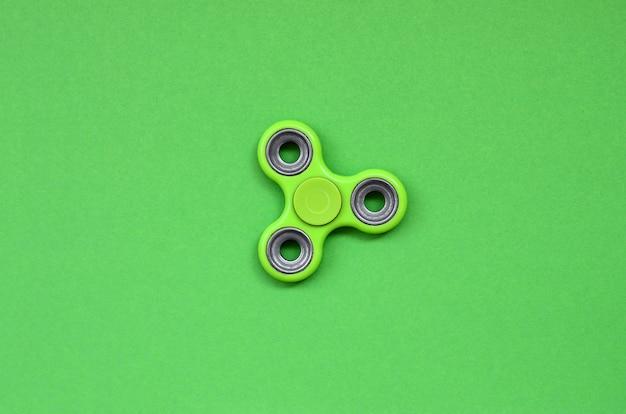 Grüner zappelspinner liegt auf beschaffenheitshintergrund