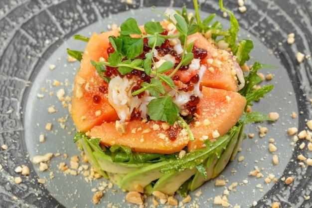 Grüner zitrusfruchtsalat mit lachs, grapefruit und avocado.