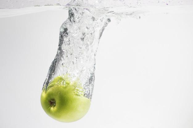 Grünes apfelspritzerwasser