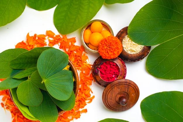 Grünes apta-blatt und reis, indisches festival dussehra