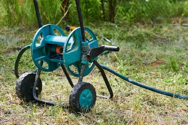 Grünes baby mit bewässerungsschlauch, kompaktes gartengerät