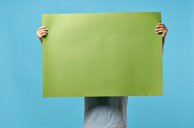 Grünes banner in den händen eines mannes, der informationsmarketing modelliert