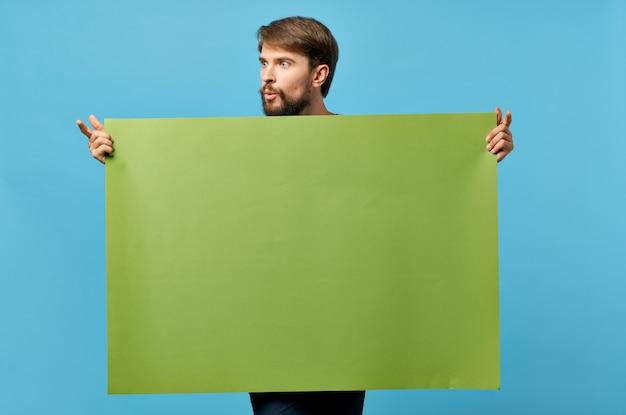 Grünes bannerblau des emotionalen bärtigen mannes.