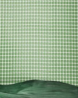 Grünes blatt auf plastiknetz