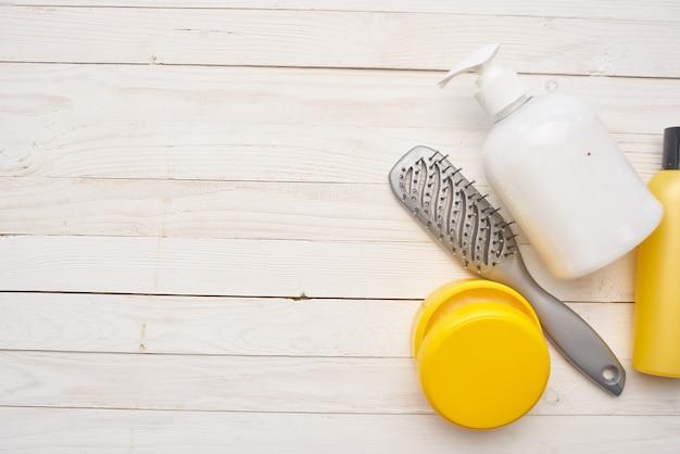 Grünes blatt hautpflege shampoo kamm kosmetik. foto in hoher qualität