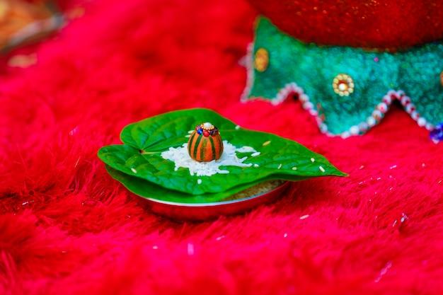 Grünes blatt und rote rosenblätter in der indischen hochzeitszeremonie